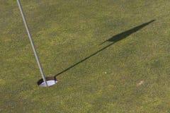 Golfmarkierungsfahnenschatten. Stockfotografie