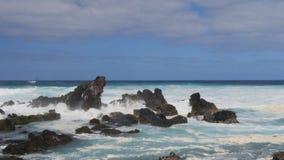 Golfneerstortingen bij strand van ho het 'okipa stock footage