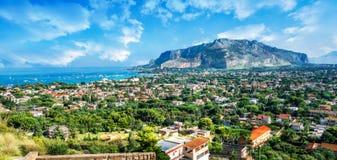 Golfo de Mondello y de Monte Pellegrino, Palermo, isla de Sicilia, Italia fotografía de archivo libre de regalías