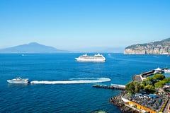 Golfo de Nápoles con el trazador de líneas del crucero fotografía de archivo libre de regalías