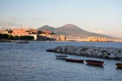 Golfo de Nápoles no por do sol imagem de stock
