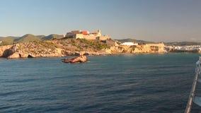 Golfo del mare e città fortificata a terra Ibiza, Spagna video d archivio