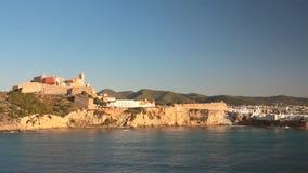 Golfo del mare, fortezza antica e città Ibiza, Spagna stock footage