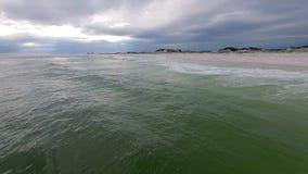 Golfo del Messico e spiaggia a Pensacola, Florida Cielo nuvoloso di sera stock footage
