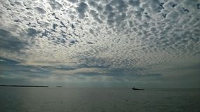 Golfo do México com o céu bonito e as nuvens do barco bom Foto de Stock