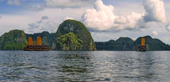 Golfo do mar cercado com montanhas altas e as rochas diretas Fotografia de Stock