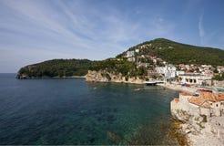 Golfo do mar, praia da cidade e fortaleza velha em Budva Fotografia de Stock