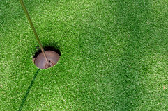 Golfowa dziura na zieleni z sztuczną trawą Obraz Stock