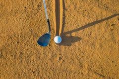 Golfowa piaska klinu żelaza piłka Zdjęcia Stock