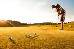 golfowego samiec normy gracza ćwiczyć zmierzch Zdjęcia Royalty Free