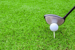 Golfowego trójnika piłki klubu kierowca w zielonej trawy kursowym narządzaniu sho Zdjęcie Stock