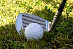 Golfowy żelazo klub, piłka golfowa w Szorstkiej trawie i Zdjęcia Stock