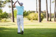 Golfowy gracz bierze strzał Zdjęcie Stock