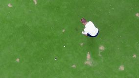 Golfowy gracz pomyślnie uderza piłkę w odgórnym widoku zbiory wideo