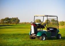 Golfowy samochód na polu golfowym Obraz Royalty Free