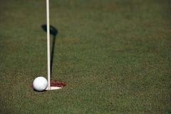 Golfowy turniej - piłki golfowe i flaga Zdjęcie Royalty Free