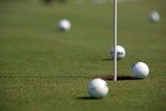 Golfowy turniej - piłki golfowe i flaga Zdjęcia Royalty Free