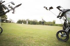 Golfpåsar med klubbor Fotografering för Bildbyråer