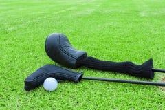 Golfpåsar och golfboll på en utslagsplats i grönt gräs jagar arkivbilder