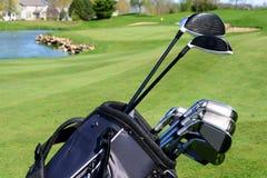 Golfpåse och klubbor på en golfbana arkivfoton