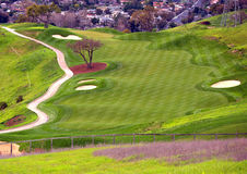 Golfplatz auf dem Hügel Lizenzfreie Stockbilder