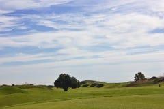 Golfplatz in Belek Grünes Gras auf dem Feld Blauer Himmel, sonnig Stockfotos