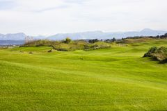 Golfplatz in Belek Grünes Gras auf dem Feld Blauer Himmel, sonnig Lizenzfreie Stockfotos