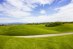 Golfplatz in Belek Grünes Gras auf dem Feld Blauer Himmel, sonnig Lizenzfreies Stockfoto