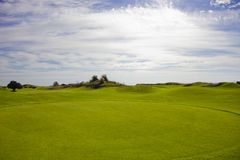Golfplatz in Belek Grünes Gras auf dem Feld Blauer Himmel, sonnig Stockfoto