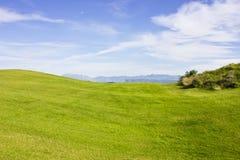Golfplatz in Belek Grünes Gras auf dem Feld Blauer Himmel, sonnig Lizenzfreie Stockbilder