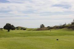 Golfplatz in Belek Grünes Gras auf einem Feld Blauer Himmel, sonniges DA Lizenzfreies Stockbild