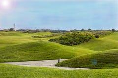 Golfplatz in Belek Grünes Gras auf Feld Blauer Himmel, sonniger Tag Lizenzfreies Stockfoto
