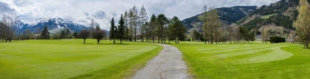 Golfplatz in den Bergen lizenzfreie stockbilder