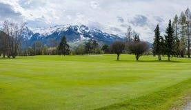Golfplatz in den Bergen lizenzfreie stockfotografie