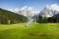 Golfplatz in den italienischen Dolomit Stockbilder