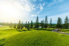 Golfplatz in der Landschaft Lizenzfreies Stockfoto