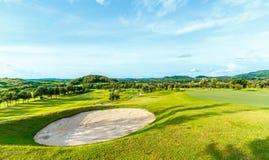 Golfplatz in der Landschaft Stockbilder