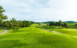 Golfplatz in der Landschaft Stockfotos