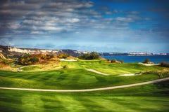 Golfplatz in der Landschaft lizenzfreie stockfotografie