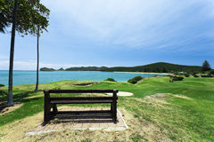 Golfplatz durch das Meer Stockfotos