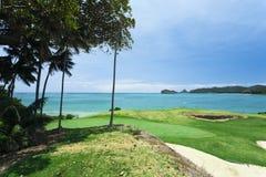 Golfplatz durch das Meer Stockbild
