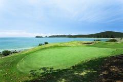 Golfplatz durch das Meer Stockfoto