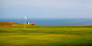 Golfplatz durch den Ozean. Stockfoto