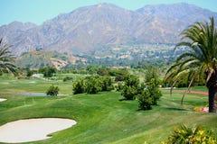 Golfplatz durch die Berge stockbilder