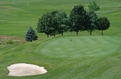 Golfplatz-Grün mit Bunker Lizenzfreie Stockfotografie