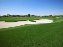 Golfplatz-grüner Gürtel mit Bunker und Häusern Lizenzfreies Stockbild