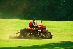 Golfplatz-Mähen Lizenzfreie Stockbilder