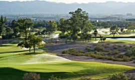 Golfplatz mit Bergen im Hintergrund Stockfoto