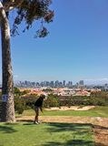 Golfplatz mit Blick auf Stadtskyline Stockfotos