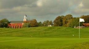 Golfplatz mit einer Kirche Lizenzfreie Stockfotos